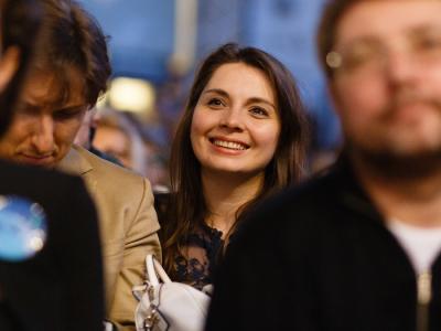 người phụ nữ mỉm cười hạnh phúc vui vẻ nhóm làm việc tích cực
